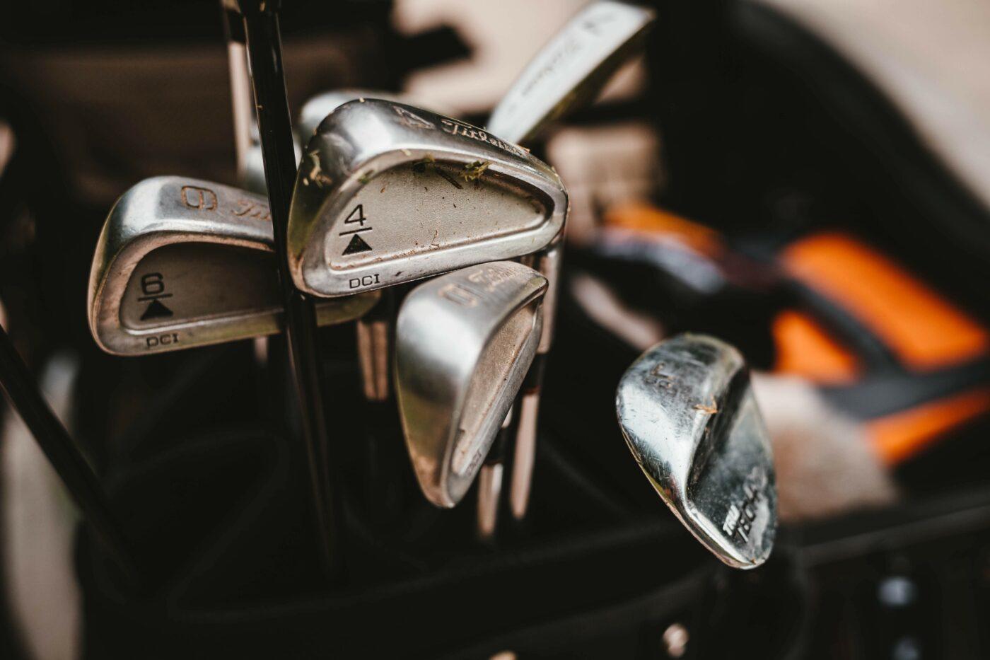 Mehrere Golfschläger in Tasche